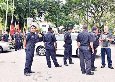 警方在净选盟图片展推介礼外驻守。