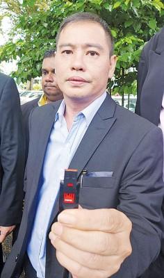 刘耀辉显得将交给反贪污委员会的身上碟,内有投报案件的字与影像资料。