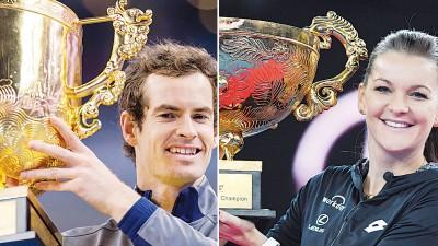 穆雷(左)与A拉德万斯卡(右)得意的分享自己收获的中国网球公开赛冠军奖杯。
