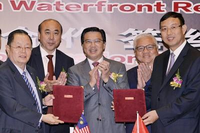 廖中莱(倍受)见证高峰集团及面临交疏浚代表交换合作协议。左起为郑福成、周静波、当今弗明和闫永桐。