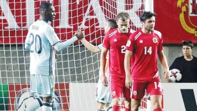 比利时前锋本特克(左)创造世界杯外围赛最快进球纪录:8.1秒。