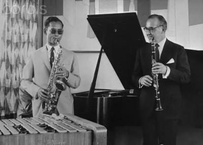 普密蓬曾与世界著名爵士乐大师杜克埃林顿、莱诺汉普顿等人同台演出。