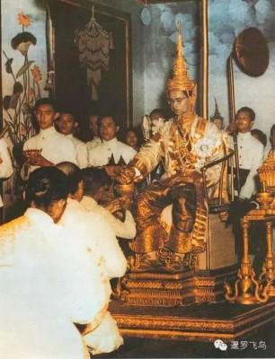 普密蓬在1950年5月5日正式举行登基大典。
