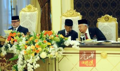 国首脑端姑阿都哈林皇帝(倍受)与纳吉座谈事项。左为柔州苏丹依布拉欣论斯干达。