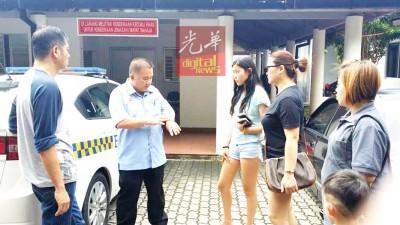 陈耀荣(左2)协助死者家属作出各项安排,包括运送死者遗体回家乡。