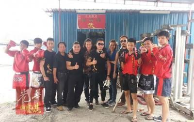 伍亿恒(左2)去年10月份参与香港电影《功夫之王》拍摄时,一众人合影。