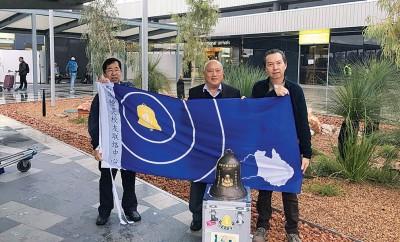 """锺灵百年校庆""""传钟万里""""于10月14日(星期五)抵达澳洲。"""