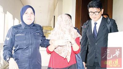 张碧恩因为丝巾覆盖头部,每当警察及律师陪同下离开法庭。