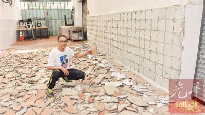 陈宗锦看着被敲烂的地砖感到无奈。