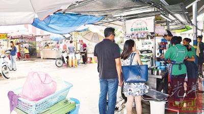 进不了新店,小贩们只能分散景贵街各角落做生意。