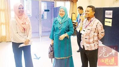 理科大学校园选举,图为副校长拿督阿斯玛依斯迈(中)巡视投票中心。