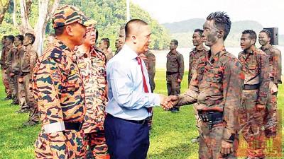 峇得鲁检阅由吉打消拯局特别部队组成的仪仗队。