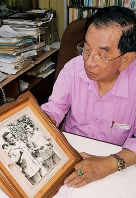 谢诗坚展示,他在担任《星槟日报》总编辑时赴泰访问前泰国首相克良萨的旧照。