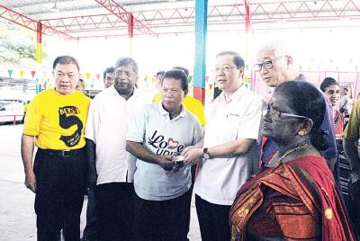 首长林冠英移交援助金予玛兹兰,彭文宝、林峰成、丹纳等陪同。