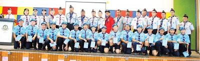 第一批空童军在成立仪式上,与童军领导层合影。