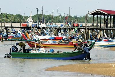 槟城渔民严防大海潮及强风巨浪来袭,近日出海捕鱼步步为营。(档案照)