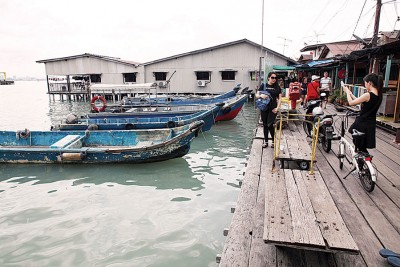姓周桥一带风平浪静,不少游客于周六(15日)到访该区。