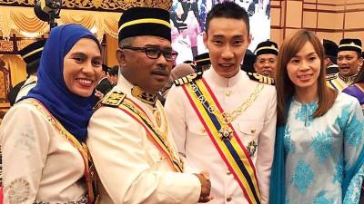 李宗伟(右2)在黄妙珠陪同下出席受封仪式,他祝贺拿督斯里依德利斯哈伦(左2)成为首位获颁拿督斯里乌达玛(D.U.N.M)勋衔的甲州首长。