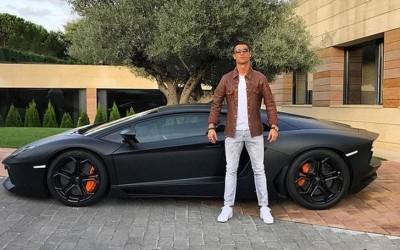 C罗纳多在社交媒体晒出与兰博基尼超跑的合影。