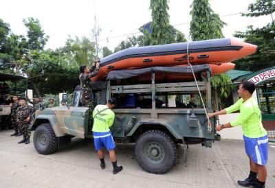 救援人员准备装备以便在台风吹袭时抢险。(法新社照片)