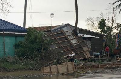 """台风""""海马""""把房子摧毁。"""