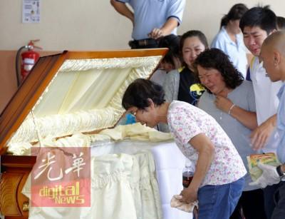 家属在医院太平间瞻仰死者遗容时,悲从中来放声大哭。