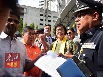 玛丽亚陈(右2)和等人口交备忘录给警方代表。