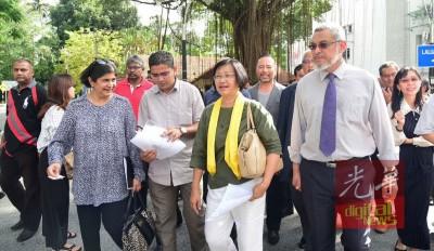 安美嘉(左起)、曼迪星与玛丽亚陈及支持者,星期四至全国警察总部提交备忘录。