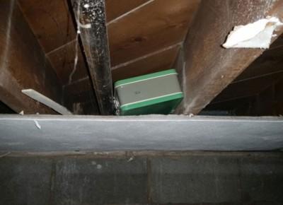 箱子藏在地牢天花板上。