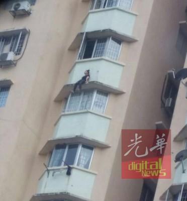 同名欠债的青春越南妇女与男友吵架后,爬出窗外的阳台企图自杀。
