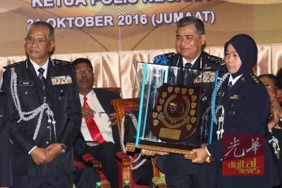 卡立(右2)颁发纪念品奖牌给表现优异的女警官。