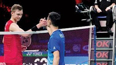 阿薛森在落败后与对手李炫一(右)握手致意。