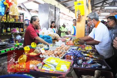 阿都玛力为商贩了解食用油的供应和价格走向。