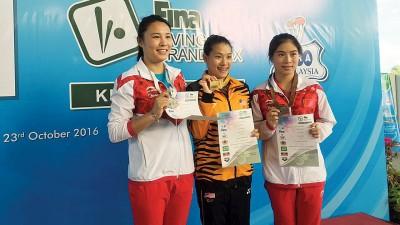 吴丽颐(中)在女子3米板项目力压两位中国小将,为大马队在国际泳联跳水大奖赛古晋站夺得首金。
