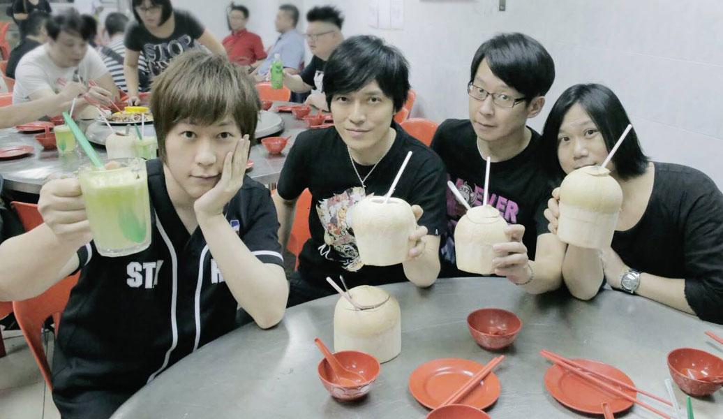 """吉隆坡站的""""魔幻大餐桌""""上,出现沙爹和椰子水,五月天还在台上用椰子水干杯,演唱会结束后,他们再度用椰子水庆祝吉隆坡站演唱会圆满结束。"""