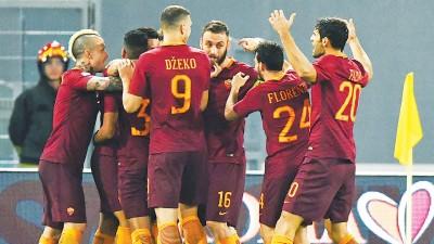 罗马球员在场上兴奋庆祝胜利。