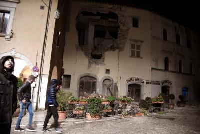 居民观察损毁的建筑前。(法新社照片)