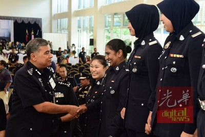 卡立(左)跟与课程的女性警员交谈。