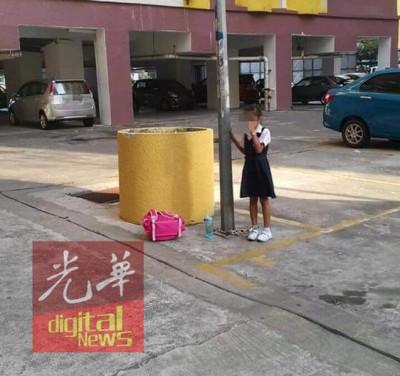服校服的印裔女童被母亲用铁链锁住在停车场的灯柱。