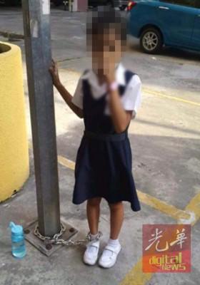 女童右脚被母亲用铁链锁住及绑在灯柱。