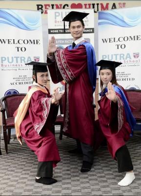 (左起)黄湘琳、罗梓畅和蔡奉薇摆出起手式庆祝硕士毕业,力证文武双全。