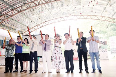 一众嘉宾主持义卖会开幕,右三为曹观友行政议员及许瑛銮牧师。