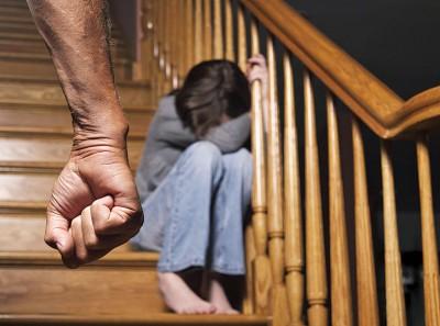 世卫组织:在儿童时期遭受过暴力的人,成年后,6%的人出现抑郁症状、12%的人滥用酒精和药物、8%的人产生自杀意图、10%的人出现精神紊乱、27%的人会因曾经受到的创伤而承受巨大的精神压力。(档案照)