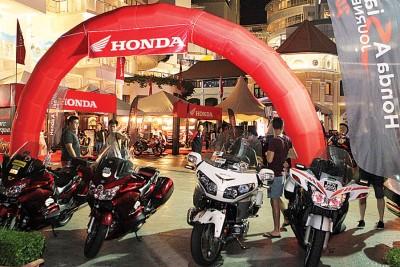 共有80辆本田大型摩托车停泊于现场,场面浩大!