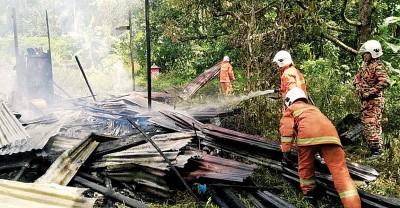 由于现场没有消防栓,政府消防员只好利用消防车内的储水进行救火工作。