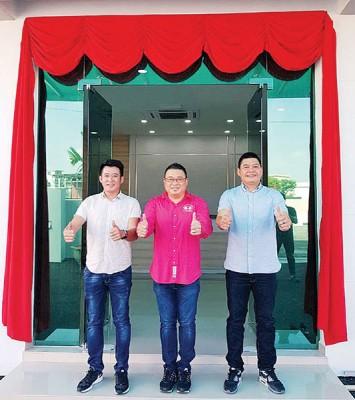 短短8年时间,浩洋终于拥有真正属于自己的大工厂,左起是3名创办人行政董事郭介民、董事经理王浩源、执行董事庄纴贵。