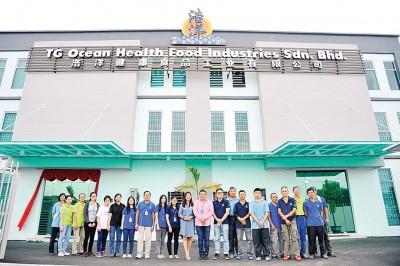 浩洋位于新邦安拔的新厂,董事经理王浩源(中)与员工在厂前合影。