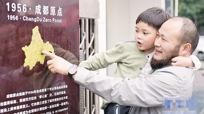 庞传兴带同儿子游历了200多个中国城市。
