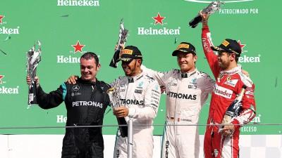 (右起)季军维泰尔、亚军罗斯博格和冠军汉密尔顿在颁奖台上庆祝。