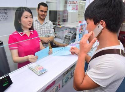 机灵的吴小姐向记者搬演当时的情况,她见客工一直在听电话中的人指示,便用字条提醒对方。